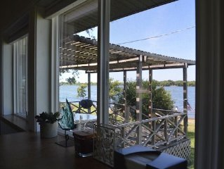 Lakehouse Bungalow-Perfect for Swimming, Fishing, Boating and Relaxing