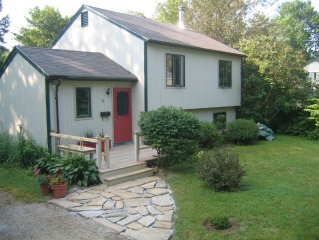 Airy and Comfortable, Great Deck & Yard, Walk to Town