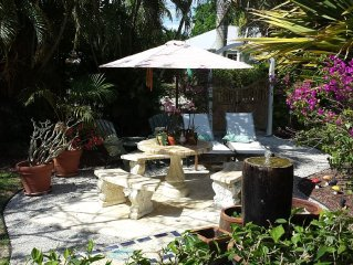 Charming 2 bedroom Cottage walk to Beach and Waterside for shopping & Dining