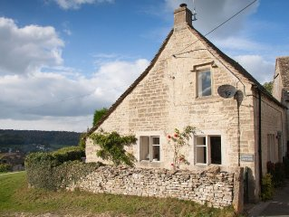 Cosy ancient weavers cottage in Cotswold countryside with many local attractions