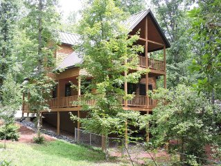 FF Luxury Dog-friendly Chalet W/Large Fenced Yard, Hot Tub on Deck, Fireplace
