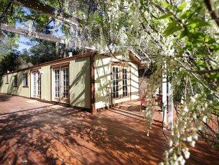 Sweet 2 BdRm cabin w/MOUNTAIN VIEWS adj to 40 acres of wilderness