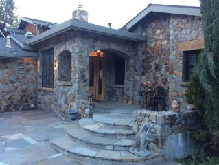 Glen Ellen Stone Retreat. 5 bd 4.5 baths w/ pool, and hot tub