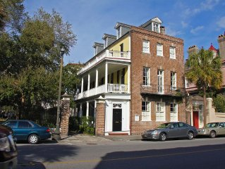 Mid 1700s Carriage House W/ Courtyard, Gated Parking, And A Full Kitchen