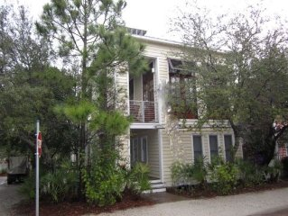 Right in Seaside!Across street from pool,2minute walk to beach-Modern and clean