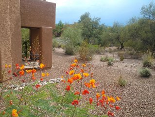 PEACEFUL and ELEGANT Foothills Condo with King bed, walk to Sabino Canyon Park!
