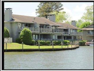 Waterfront Lake Hamilton Condo Getaway !! Fabulous View!! Minutes to Oaklawn!