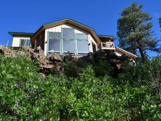 New 3 BR house on canyon ridge/Borders Forest/31 windows- just 3 miles from town