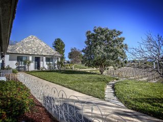 Romantic Private Get Away for 2 w/private Hot Tub! Walking Distance to Wineries!