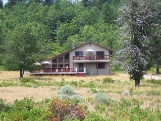 Shasta Chalet on 35 Acres with Panoramic Mountain Views / Hot tub / Sauna