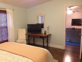 Acorn Cottage: WiFi, Amazon Movies, Netflix, Outdoor Hot Tub, A/C, Fire Pit