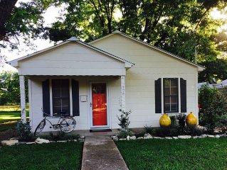 the Orange Door. Charming Cottage, Sleeps 2, Walk to Main!