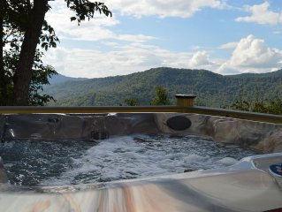 3 Suites with Privacy and Great Mountain Views and Hot Tub