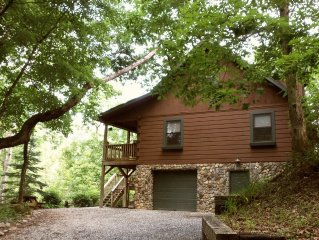 KNOTTY KNOLL LOG CABIN...SECLUDED-QUIET-VIEW-HOT TUB-WIFI-ONLY 5 MIN TO TOWN!