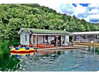 Charming Floating House On Norris Lake