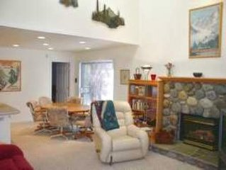 Cozy Remodeled 3 bedroom, One Block from Lake