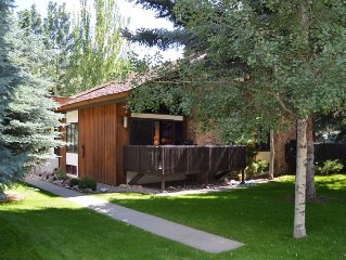 Classic Aspen getaway! Central and sunny, great for large groups
