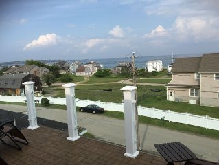 1 block from the crashing waves of Long Sands Beach, great for entertaining