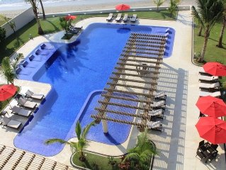 Beachfront Luxury Condo--Amazing View-Fabulous Pool