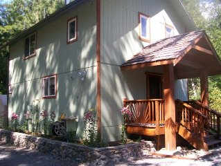 STARGAZER RETREAT CREEKSIDE W/ HOT TUB--RAINIER MOUNTAIN RENTALS