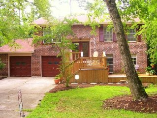 The Tree House - Comfy Home - Prime Location - Close to Everything Woodlands!