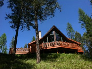 Cedar Chalet. Beautiful Mtn Views, Private, Lake, Hot tub & Centrally located.