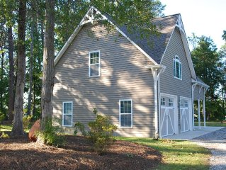 Fantastic Cottage with Panoramic Water Front View Of Lake Bowen on 3 sides