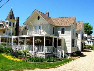 'Captain's Cottage'- Premium Beach House  in Crescent Beach