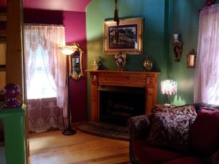 Secluded Romantic Doll House in Downtown Historic District