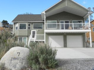 Beautiful mountain views walking distance to Yellowstone north entrance!