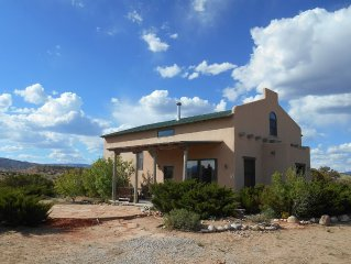Casa Paloma - Centrally Located Abiquiu Gem: great views, roomy, gourmet kitchen