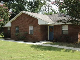 NEW!!!  Charming football and tailgate ready bungalow 1.5 miles from Jordan Hare