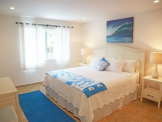 Steps To Beach, Sleeps 2-4, AC, Pool, WIFI, parking, lanai, washer/dryer
