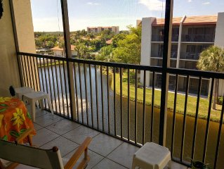 Quick walk to the beach from this 1 BDR, 1.5 BTH top floor in lovely Jupiter, FL