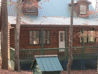 Log cabin getaway with all the comforts and lots of privacy!