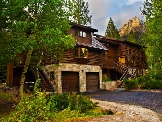 Luxurious Yosemite Gateway Chalet with Outdoor Hydrotherapy Tub