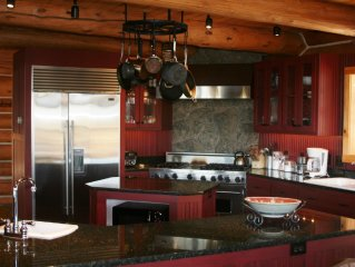 Luxurious Custom Log Lodge; Priceless Views, Privacy, & Room for Large Families
