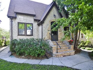 MPLSvr - Spacious & Charming Minneapolis Tudor Just Outside of Downtown