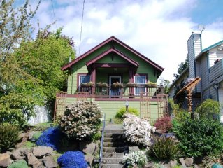 Charming cottage conveniently located near all Seattle attractions!