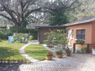 Lovely Cottage only 2.8 miles to downtown Tampa and convention center!