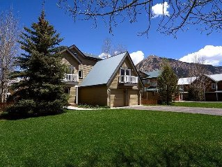 A Belle With a View - Luxury Four Bedroom + Loft in Town with Hot Tub