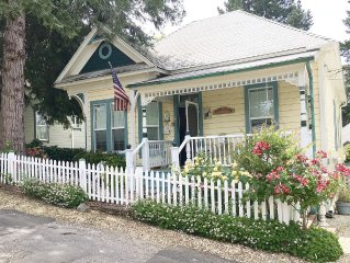 Kate's Place-Enjoy a Vintage Victorian w/all modern Amenities-EZ walk to town!!!