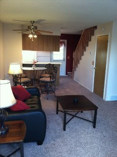 Newly Renovated Near Shops,Trails & Dining. Short Drive to Ski