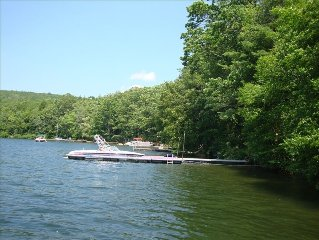 Peaceful Lakefront !/Free WIFI/Wonderful Hot Tub!