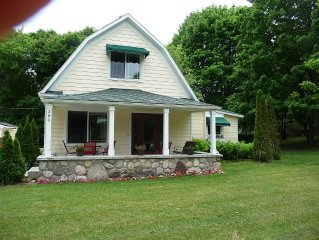 Northport Village Home ,3 blocks to Barb's Bakery and The Willowbrook!