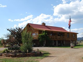 Lovely Spacious 2 in 1 Log Home, Hot Tub, Huge Deck