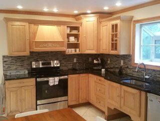 MEMORIAL DAY WEEKEND. 5BR, Renovated, Luxurious, Jacuzzi, Open Kitchen/Dining.