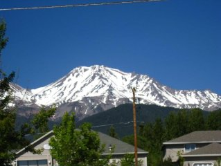 Renew your energy - Mt Shasta View from deck - walk to crystal shops/restaurants