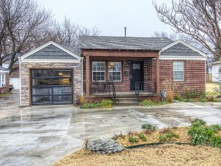 Charming Brick Home Off Of Route 66 Near Tulsa Expo Fairgrounds. Sleeps 10!