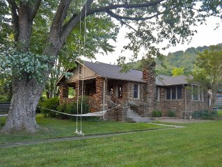 BEEKEEPER COTTAGE 12 mins. to Asheville & Black Mtn.  Next to W. Wilson College.